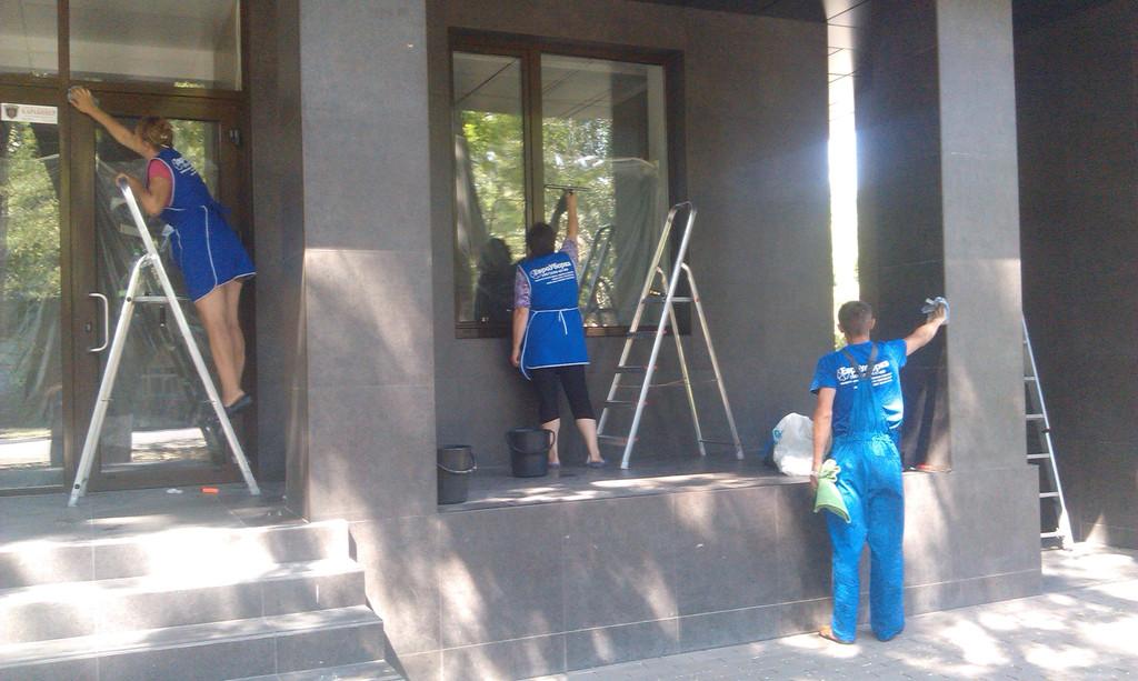 """Мойка окон,рекламных вывесок,витрин и фасадов от компании """"ЕВРОУБОРКА"""". -1"""