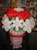 Корзинка с розами и ромашками из шаров