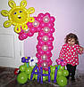 Цифра 1 из воздушных шариков с оформлением Солнышко и имя ребенка на Первый День Рождения