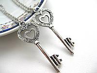 Ключик на цепочке, парные кулоны для влюбленных серебристого цвета, подвески для двоих, сердечки для пары