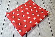 Лоскут ткани №118а с белыми звёздами на красном фоне.