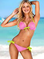 Розовый купальник с желтыми завязками