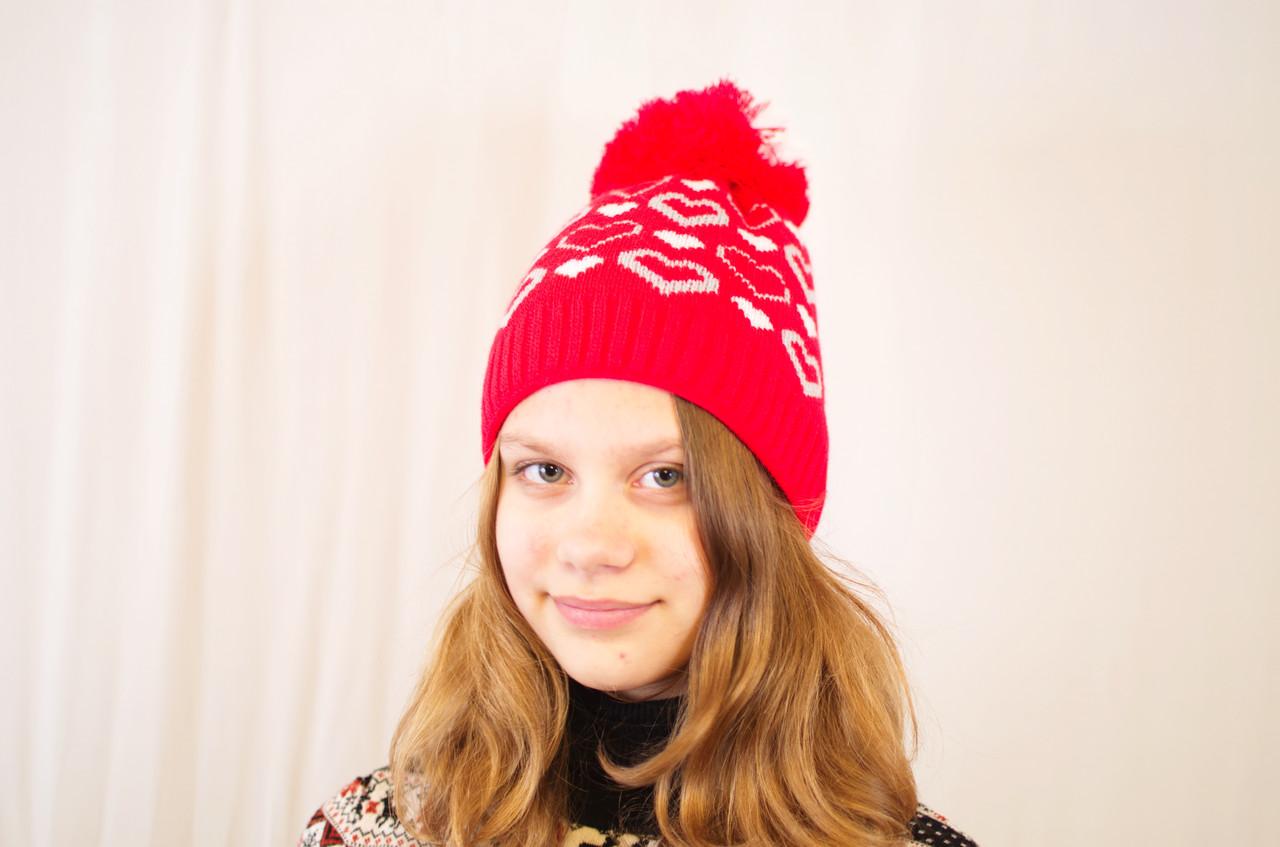 Вязаная детская и подростковая шапочка с узором сердечек