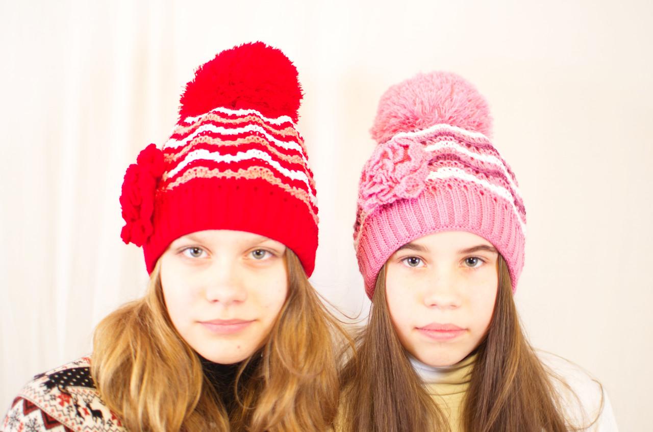 Яркая весенняя ажурная детская и подростковая шапочка с цветком.