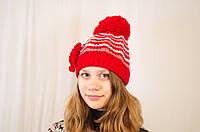 Яркая весенняя ажурная детская и подростковая шапочка с цветком. красный с белым