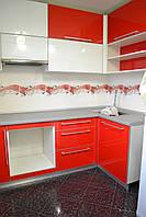 Красная угловая кухня с фасадами из пластика и стекла, фото 1
