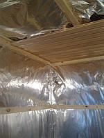 Зашивка вагонкой утеплённых стен и потолка сауны начинается с потолка.