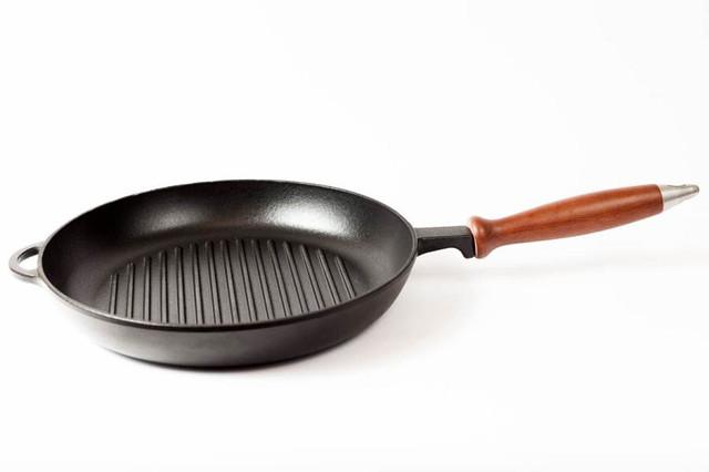 Сковорода гриль чугунная, эмалированная,с деревянной ручкой, d=260мм, h=40мм. Матово-чёрная