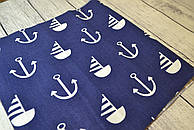 Лоскут ткани №162  с изображением якорей и кораблей на тёмно-синем фоне