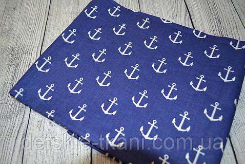 Лоскут ткани №115а с изображением  якорей на тёмно-синем фоне