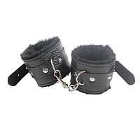 Черные меховые  лаковые наручники с тисненной текстурой из кожзаменителя для БДСМ игр.