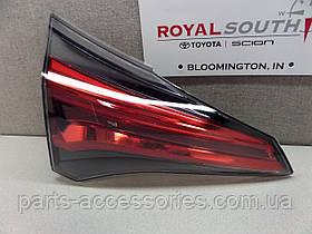 Задний левый фонарь в крышку багажника Toyota RAV4 рестайлинг 2016 новый оригинальный