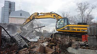 Разрушение старого дома