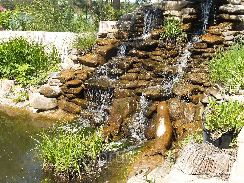 Водопад высотой около 2,5 метров и шириной около 3,5 метров