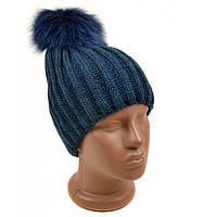 Вязанная шапка для девушки синего цвета