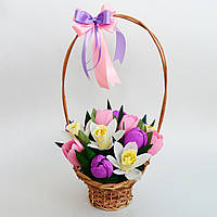 Букет из конфет в плетеной корзине. Подарок на 8 марта