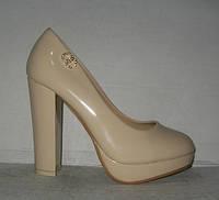 Туфли женские лаковые бежевыё на каблуке