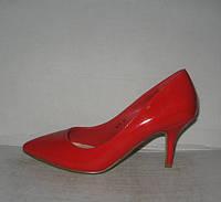 Туфли лодочки на низкой шпильке красные