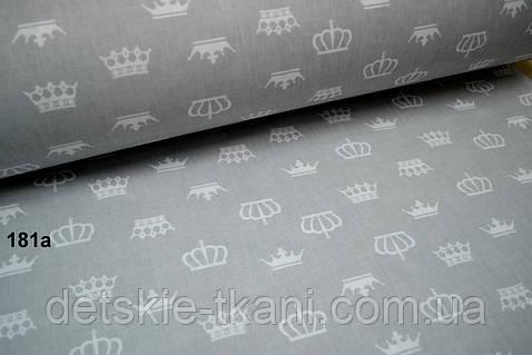 Бязь с разными белыми коронами на сером фоне (№181а)