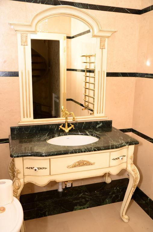 мебель с резьбой в ванную комнату