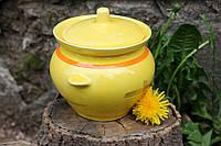 Красивый желтый горшочек из керамики.