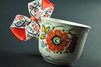 Чашка с яркими цветами в петриковском стиле