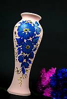 Красивая ваза с голубыми цветами