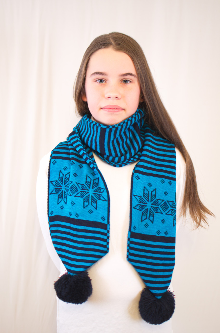 Красивый оригинальный теплый вязаный шарфик с узором снежинок на девочку.