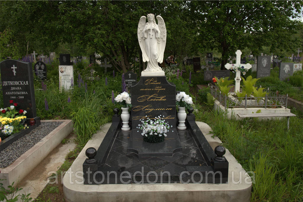Памятник со скульптурой ангела