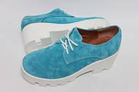 Женские туфли из натурального замша на белой тракторной подошве
