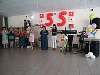 Праздничное оформление зала ,живая музыка, ведущая