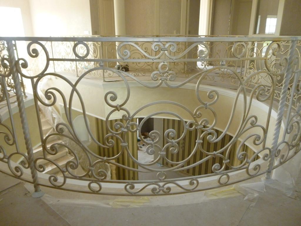 Кованные балкон, лестничные марши и лестница