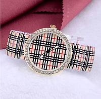 Часы женские наручные кварцевые в клетку с пружинистым ремешком