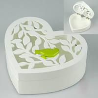 Белая деревянная шкатулка в форме сердца