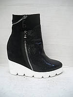 Модные женские ботинки на скрытой тракторной танкетке, с оригинальными украшениями из молний.