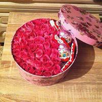 Цветы в шляпной круглой коробке