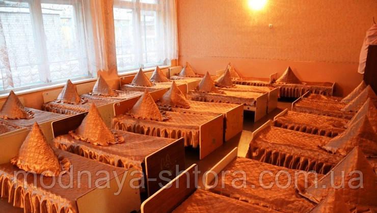 Покривало на ліжко для дитячого садка, атласна з 2 рюшами (розмір 70х140х20 см)
