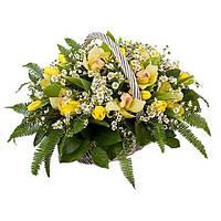 Корзина с тюльпанами, орхидеей и зеленью