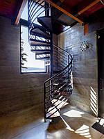 Изготовление эксклюзивных винтовых лестниц из массива на заказ