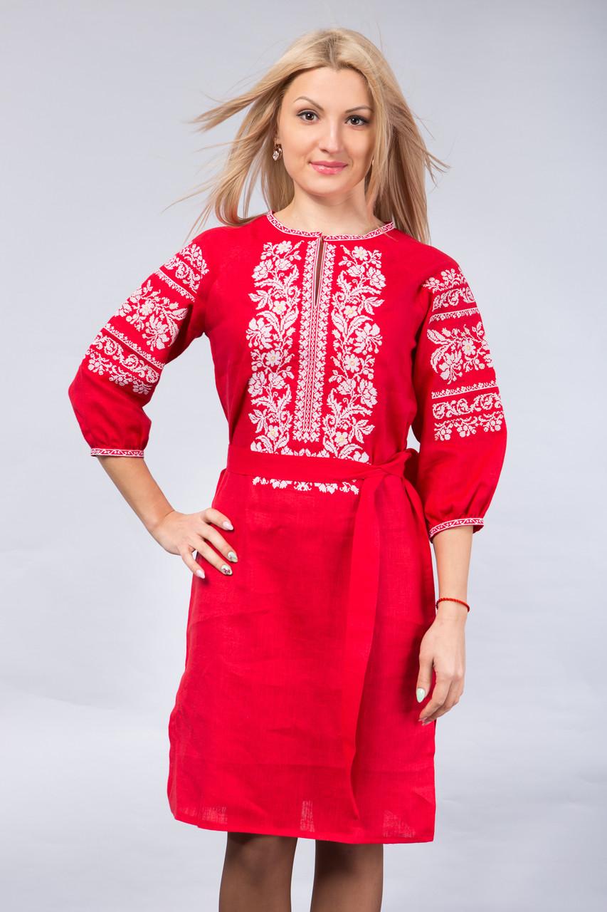 Красное платье с белой вышивкой
