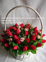 """Большая белая корзина конфетных красных бутонов роз""""Кармен""""№35"""
