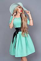 Элегантное молодежное платье на переднем полотнище юбки расположены карманы