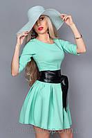 Модное женское платье с клешной юбкой и поясом из кожзама