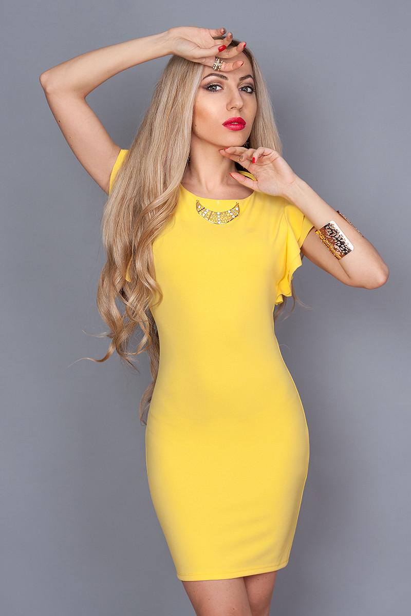 Яркое летнее платье праздничного назначения рукава воланы