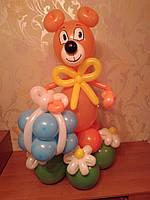Мишка с подарком из воздушных шаров. Цвета в ассортименте.