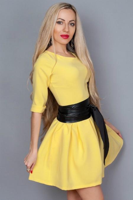 Молодежное платье желтое с кожаным поясом