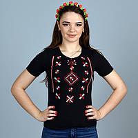 Трикотажная футболка украшена машинной вышивкой крестиком