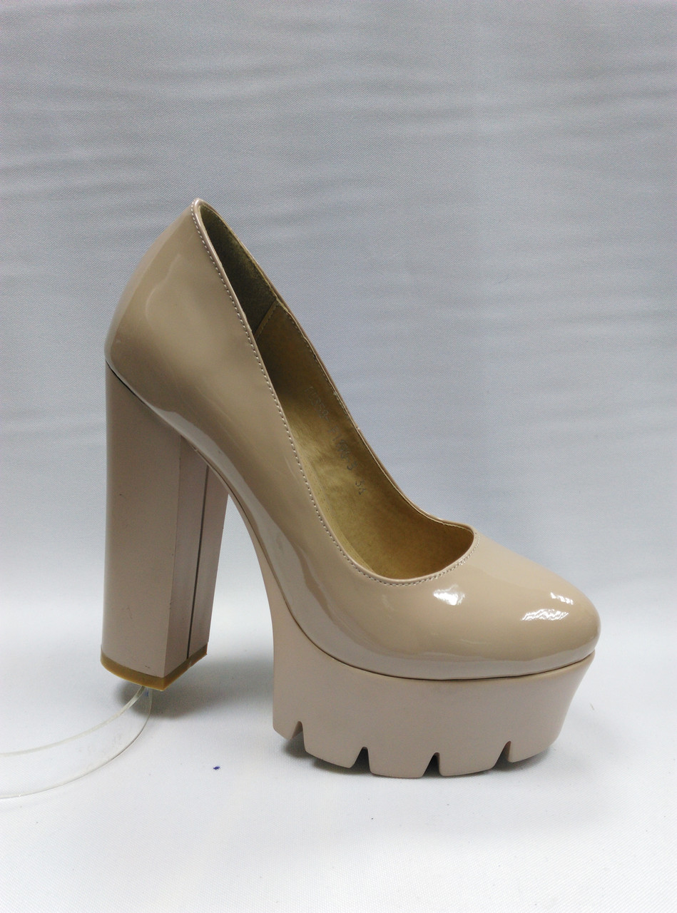 Туфли бежевые на каблуке .Маленькие и стандартные размеры.