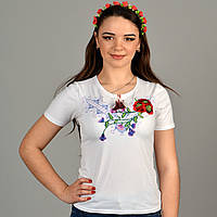 Нарядная трикотажная футболка вышиванка украшена геометрическим орнаментом и маками