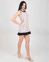 Платье украшено воротничком контрастного цвет